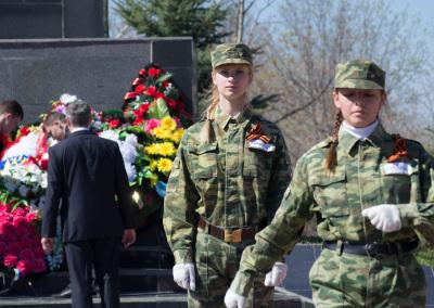 Почетный караул у памятника воинам - землякам